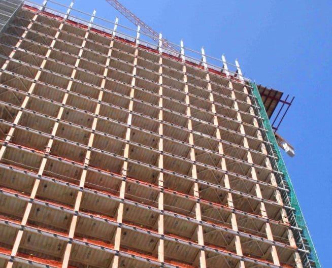 L'edificio dopo l'intervento strip out e lo smontaggio delle facciate.Completamente scheletrizzato