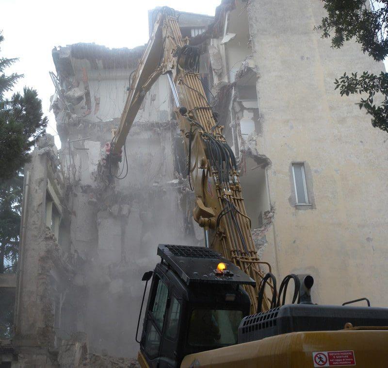abbattimento edificio pubblico