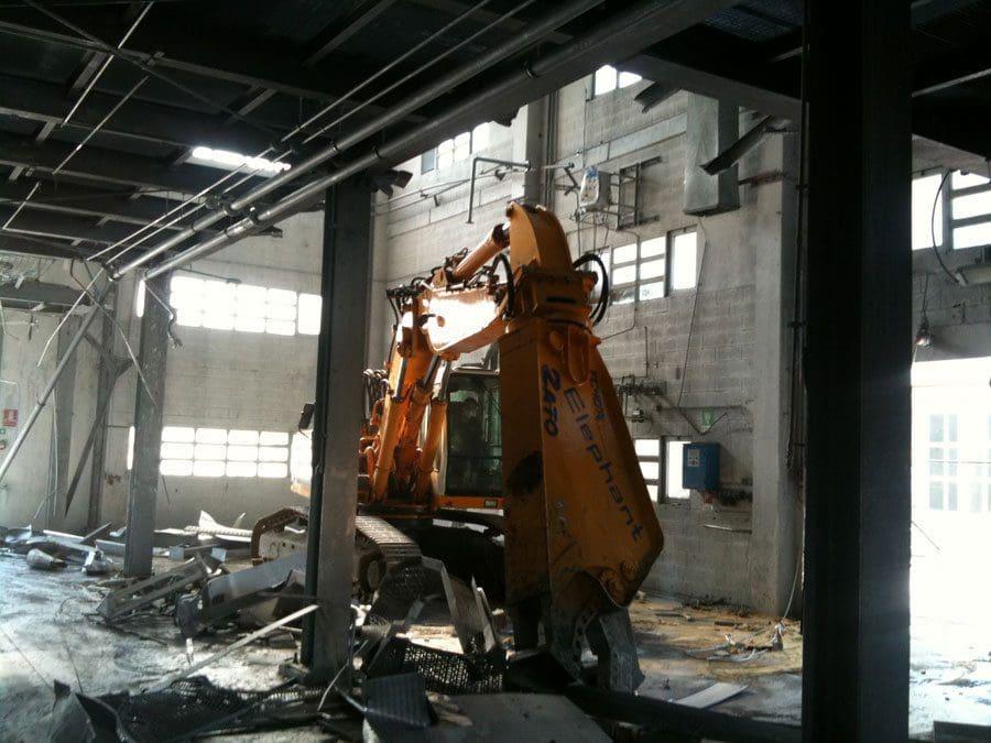 Demolizioni impianti con cesoia idraulica