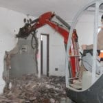 Demolizione dei muri nei depositi